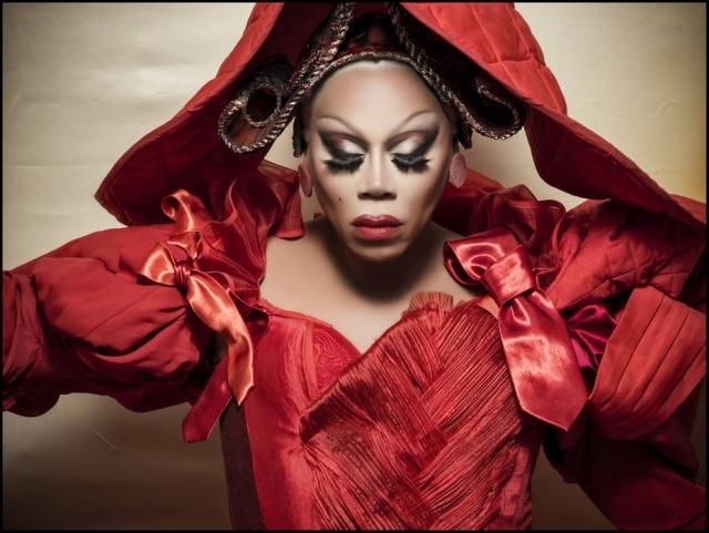 A drag queen RuPaul é a Rainha de Copas no editorial inspirado em 'Alice no País das Maravilhas'