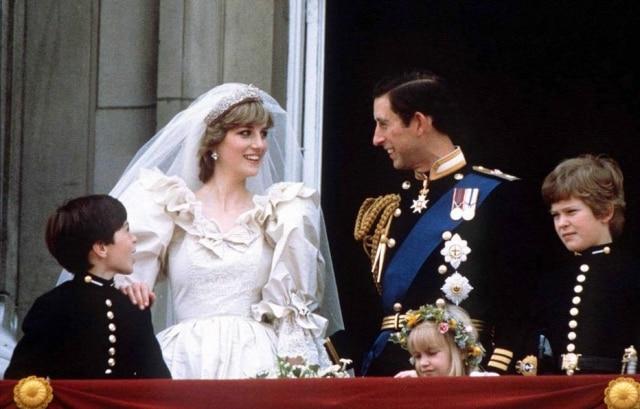 Príncipe Charles e princesa Diana aparecem na sacada do Palácio de Buckingham, para saudar o público, 29/7/1981.