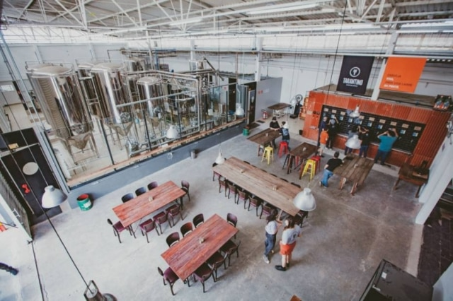 Descolada. Taproom com vista para os tanques
