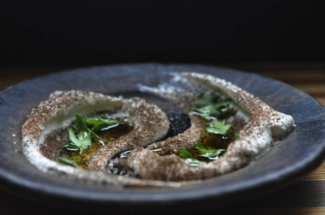 O kömür, pasta de iogurte com chá lapsang souchong, do Firin Salonu