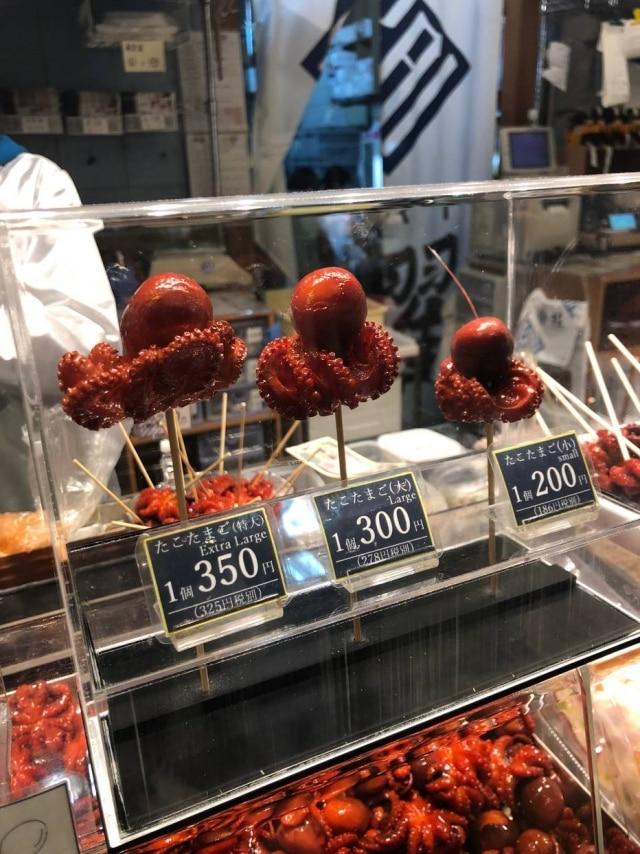 Nishiki. Nomercado de Kyoto são inúmeras barraquinhas de comida de rua. Se tiver coragem, dá para provar algumas, como o minipolvo com ovo de codorna no espeto