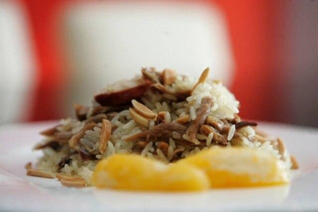 Esse prato reúne muitos sabores porgueses: pato, linguiça, louro, azeite.Veja a receita.
