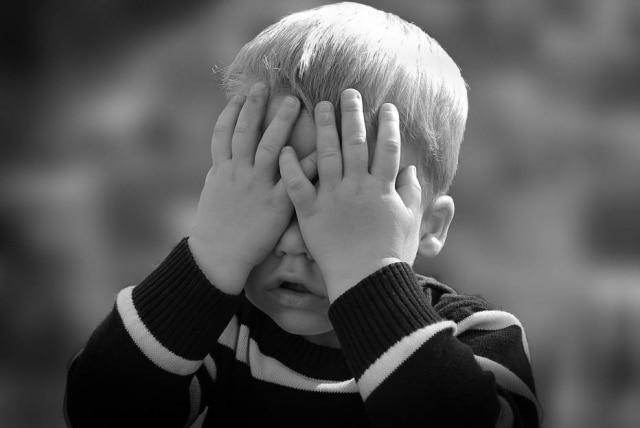Predisposição genética e fatores ambientais são as causas da síndrome do pânico.