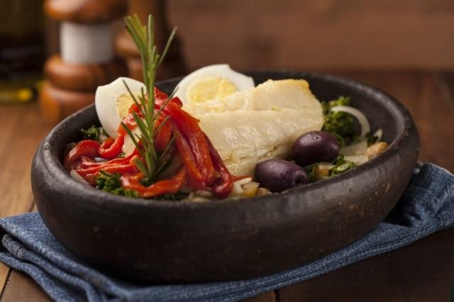Bacalhau ao forno com batatas ao murro e arroz de brócolis.