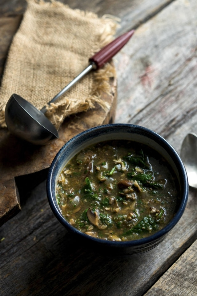 Sopa de cogumelo e espinafre com especiarias.