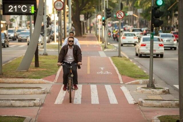 Muitos ciclistas das ruas usam a bike para ir ao trabalho.
