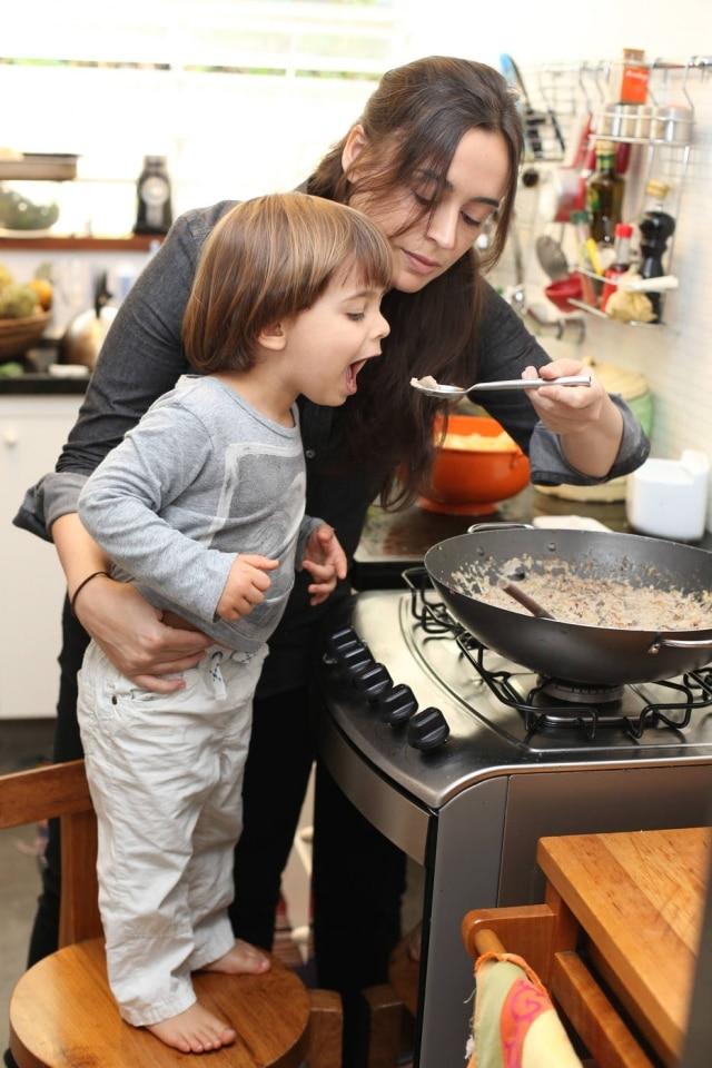 Banqueta. Bel Coelho e seu filho Francisco, que ajuda a preparar as refeições em casa
