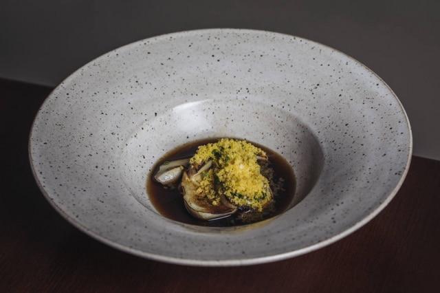 Demi glace vegetariana é feita com legumes e cogumelos assados, no Mensa.