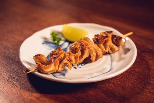Kawa, espetinho de pele de frango, do Izakaya Kuroda by Little Tokyo.