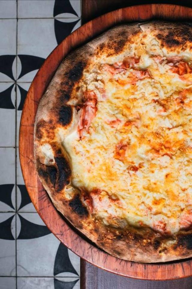 Pizza fiocco, com cobertura de purê de batata, presunto, mussarela, parmesão egremolata