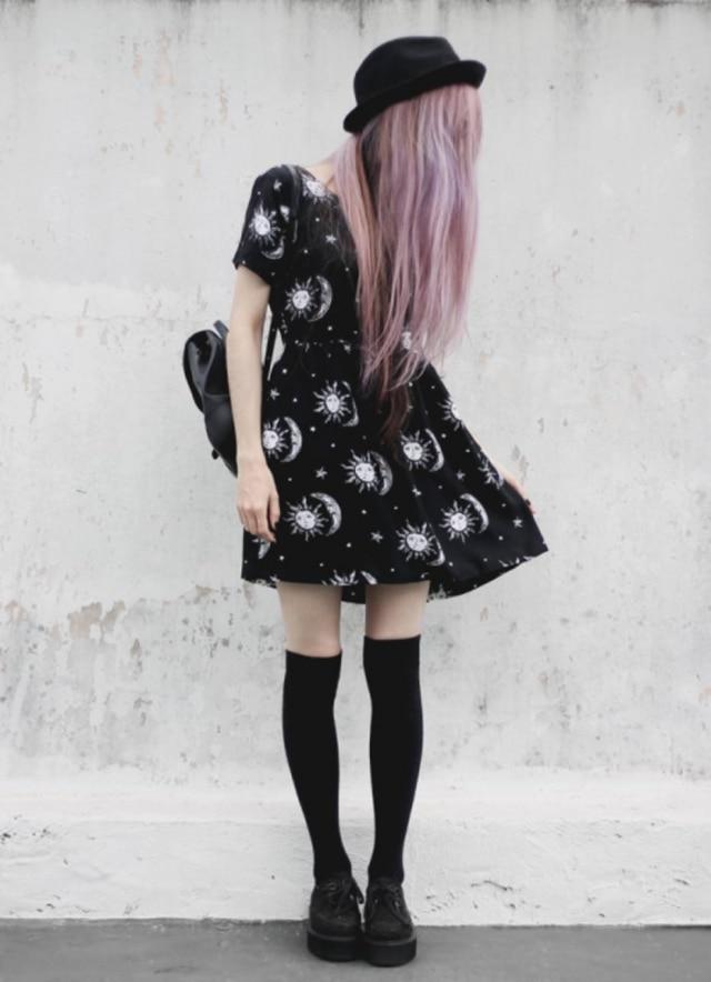 Roupas pretas, cabelos coloridos e uma pitada de romantismo: mais leve, o novo gótico caiu nas graças das modernas