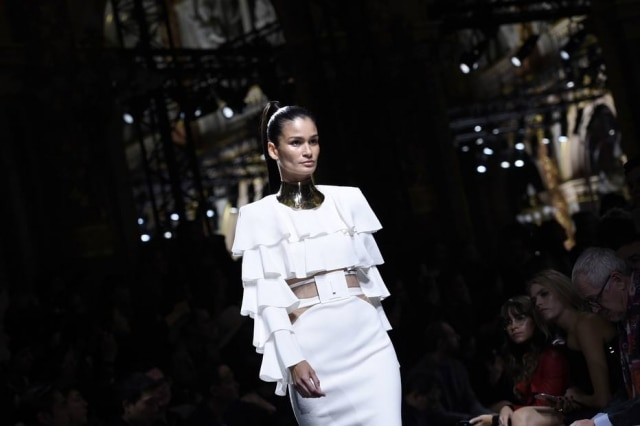 Carol Ribeiro, uma das agenciadas da Prime, no desfile da Balmain, em Paris: beleza brasileira em alta