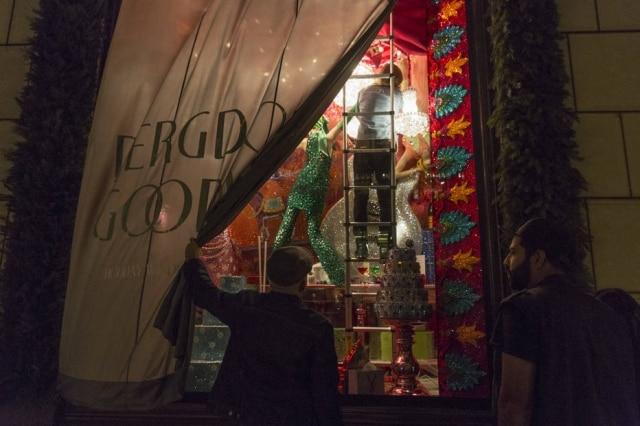 As decorações natalinas nas lojas de departamento nova-iorquinas já são uma tradição, e a cada ano se tornam mais elaboradas. Na foto, David Hoey, um executivo da Bergdorf Goodman, supervisiona funcionários terminando de organizar as janelas