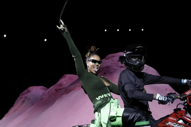 Rihanna aparece na garupa de uma moto ao final de seu desfile em Nova York