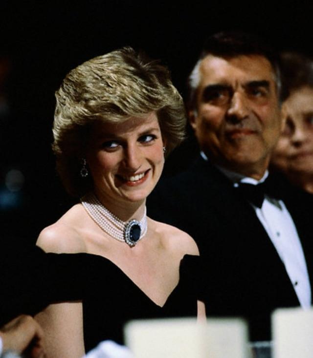 Princesa Diana, em abril de 1986, usa colar de pérolas com pedra de safira.
