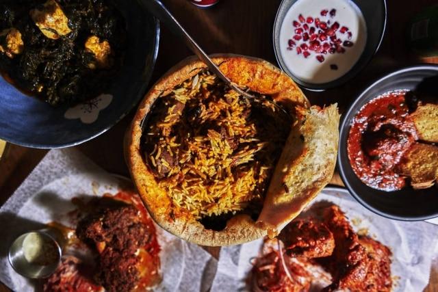 """A cozinha indiana do Adda não economiza nos temperos e especiarias. Na foto, biryani (prato de arroz, legumes e carnes) picante servido sob uma """"tampa"""" de massa."""