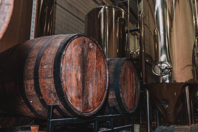 Barris de madeira e tanques de inox na fábrica da cervejaria Dádiva.