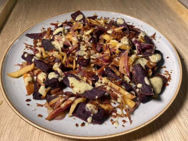 Creme de gorgonzola e farofa de bacon dão o tom da receita.