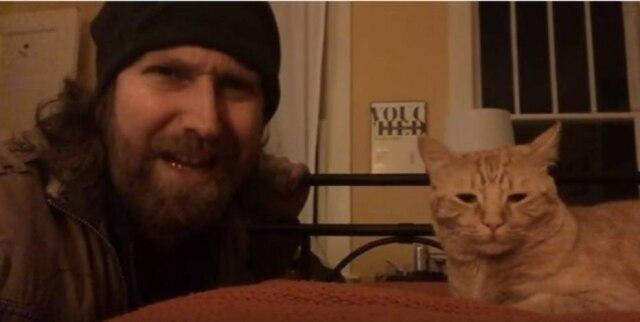 Nicholas Tecosky resolveu 'se vingar' de seu gato que o acorda todos os dias às 4h da manhã.