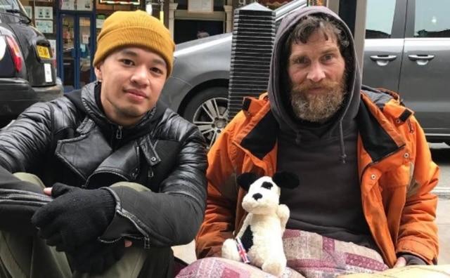 Mark Bustos começou a cortar o cabelo de moradores de rua em 2012