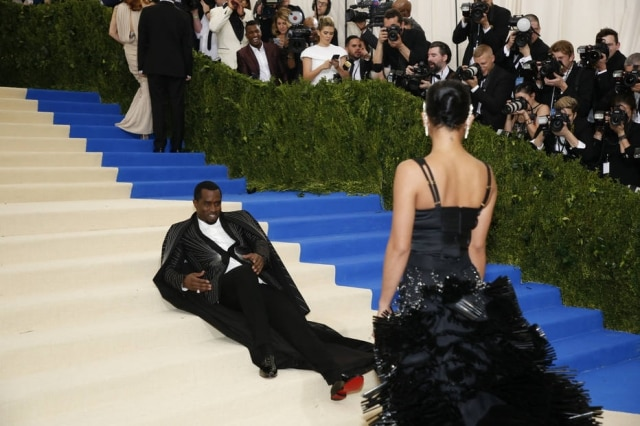 Sean Combs senta no tapete da entrada do Metropolitan Museum of Art