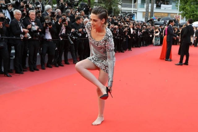 235886876 Em Cannes, Kristen Stewart tira sapatos no meio do tapete vermelho ...