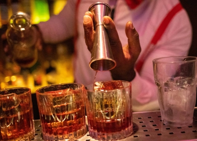 Drinque de gim, vermute e Campari, negroni completa 100 anos.