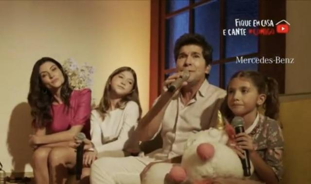 O cantor sertanejo Daniel, a esposa e as duas filhas durante live no Dia das Mães