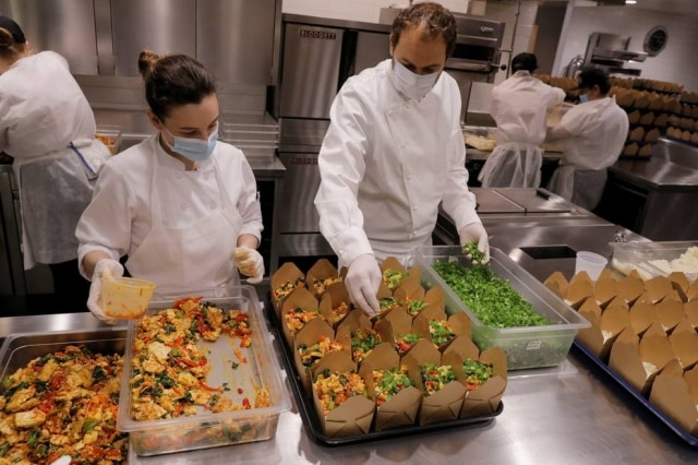Chef Daniel Humm e equipe do Eleven Madison Parkpreparam refeições para serem doados em Nova York.