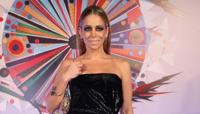 Danielle Winits exagerou na sombra e ficou com um visual pesado na festa de 50 anos da Rede Globo