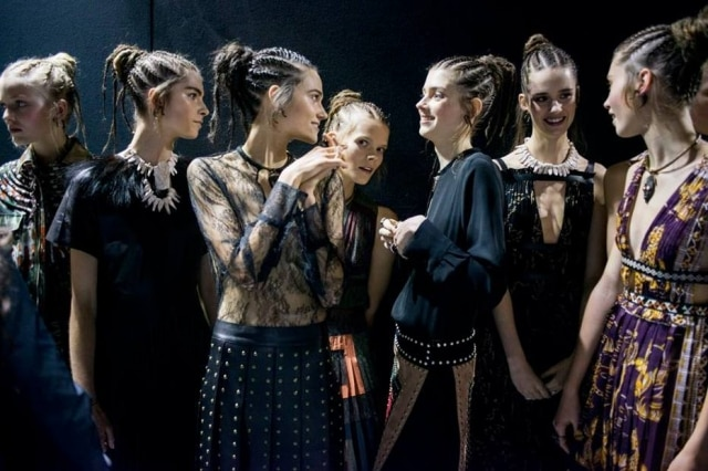 Modelos com tranças rastafáriem um desfile recente da grife Valentino, em Paris