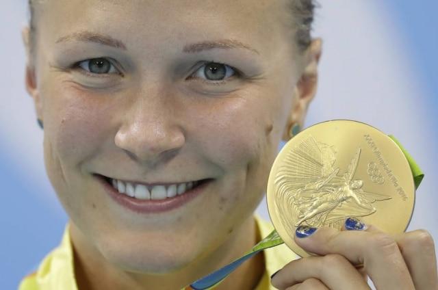 A nadadora sueca Sarah Sjöström conquistou ouro nos 100 metros femininos e mostrou suas unhas azuis com detalhes dourados