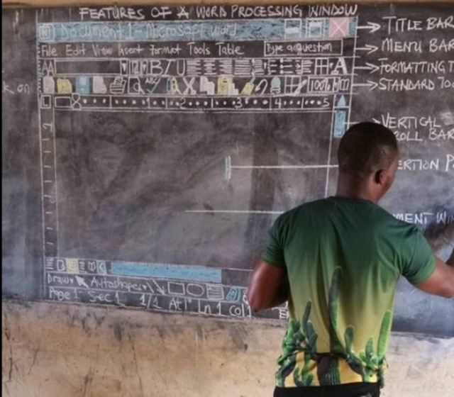Professor faz desenho na lousa para ensinar computação por falta de equipamentos.