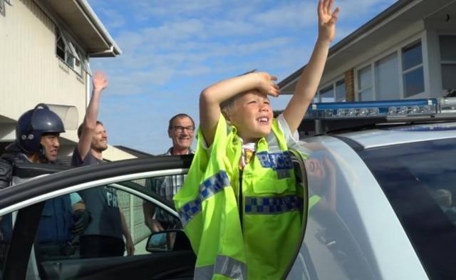 Zachary em uma viatura da polícia no dia de sua festa.