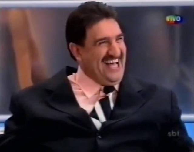 O apresentador Ratinho dá risada durante momento do programa 'Hebe', em 2004.