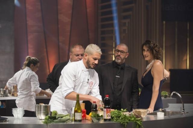 Os jurados Érick Jacquin, Henrique Fogaça e Paola Carosella analisam Lorena e Rodrigo na final do 'MasterChef Brasil' em 2019.