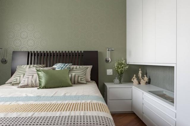 Projeto de Cristiana Schiavoni tem paleta de cores claras e diversas texturas na cama