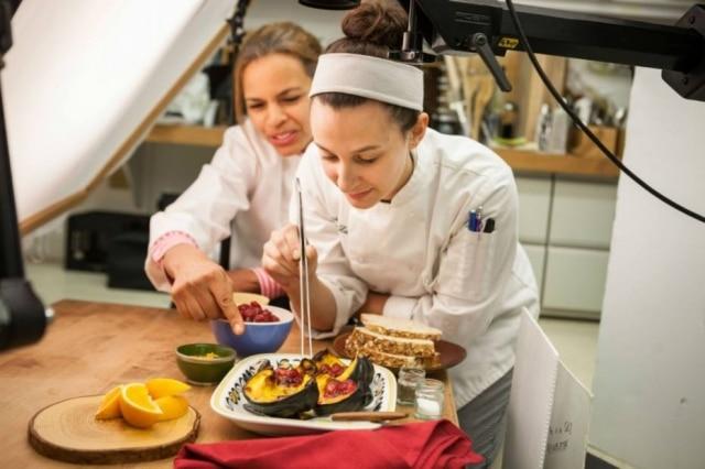 Produção. A food stylist Kersti Bowser, do CIA, orienta aluna sobre como ornamentar uma abóbora