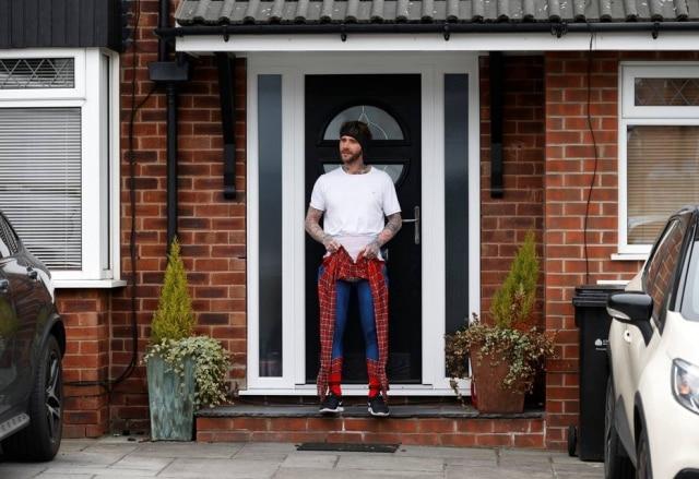 O professorJason Baird vestido como Homem-Aranha durante período de quarentena na cidade de Stockport, na Inglaterra.