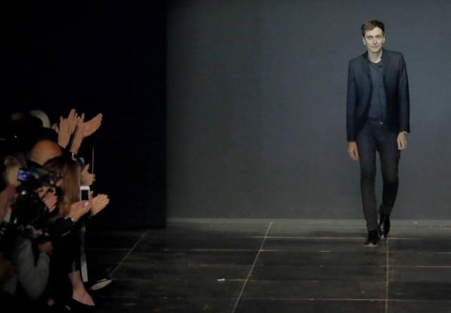 Após quatro anos, estilista parisiense Hedi Slimane deixa cargo de diretor criativo daYves Saint Laurent
