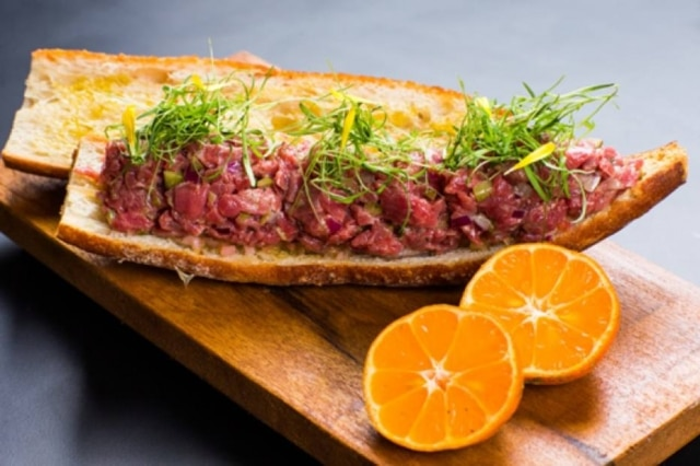 Baguete com steak tartare.