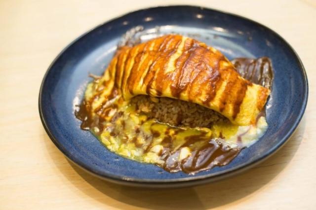 Omuraisu. Comfort food: omelete sobre arroz.