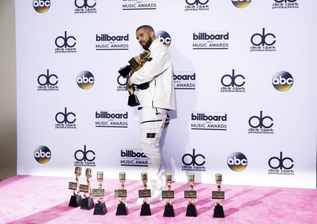 Drake exibe estatuetas no Billboard Music Awards