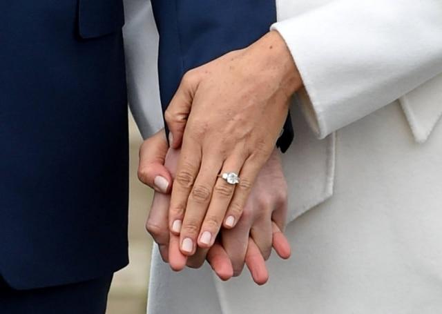 O anel que Harry entregou para Meghan é cheio de significados: ele próprio criou o design, a peça possui dois diamantes de sua mãe, princesa Diana, e uma de Botswana, país onde o casal passou as férias ano passado