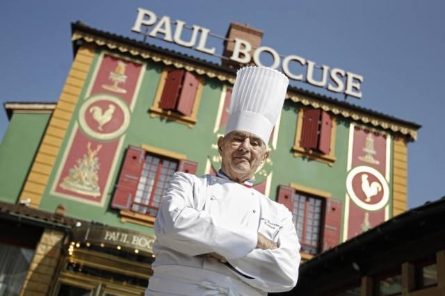 Foto de março de 2011 com o chef francês Paul Bocuse, do lado de fora do seu restauranteL'Auberge du Pont de Collonges, emCollonges-au-Mont-d'or, na região central da França