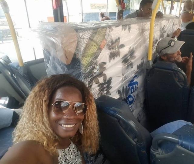 Danielle, que estava no ônibus, achou a situação tão inusitada que decidiu registrar o momento com uma selfie.