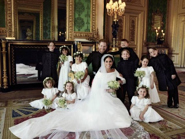 Fotografia cedida pelo Palácio de Kensington que mostra Harry, Duque de Sessex, sua mulher, Meghan Markle, com os pajens e damas de honra