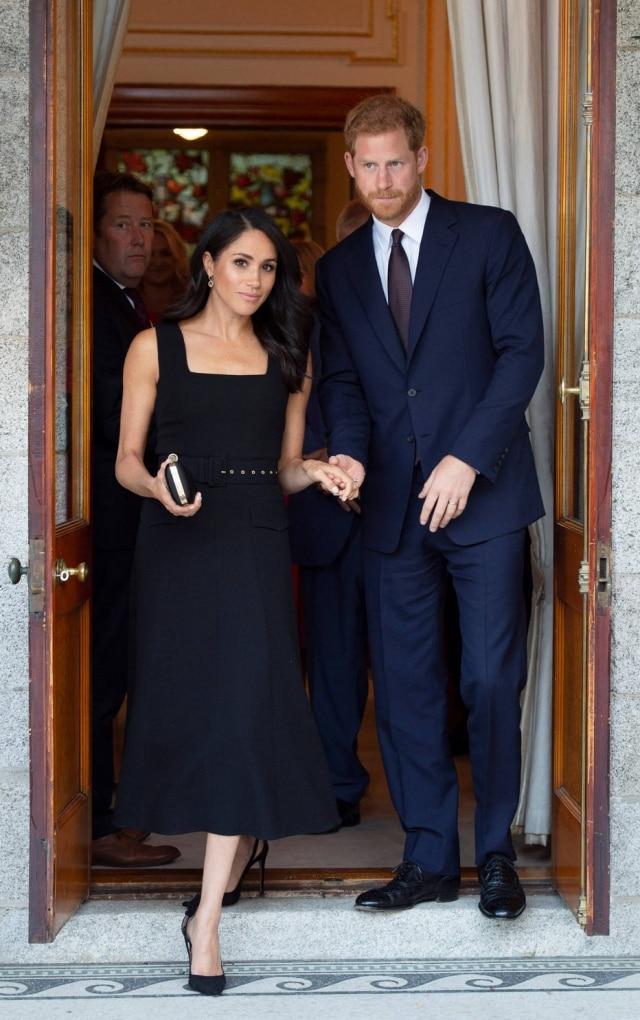 A duquesa usou um vestido preto para recepção na casa do embaixador britânico