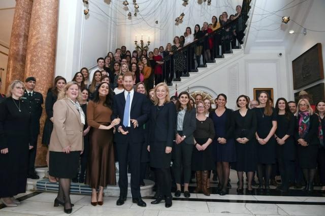 O casal tirou uma foto com a equipe do Alto Comissariado do Canadá no Reino Unido durante a visita na Casa do Canadá