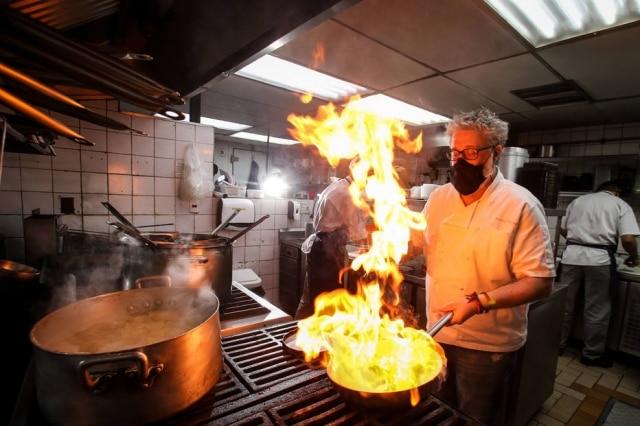 4 em 1. Benny Novak em ação na cozinha do Ici, do Tappo e dos deliveries